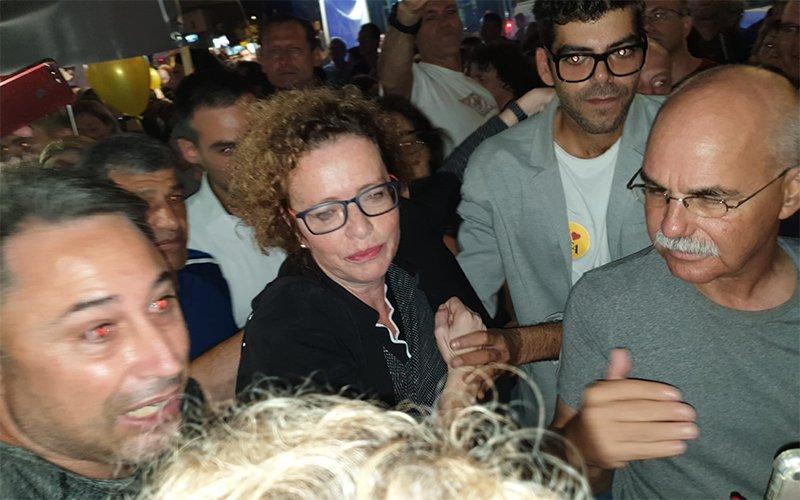 עינת קליש רותם בהפגנת התמיכה בה. חיבוקים ונשיקות (צילום: בועז כהן)