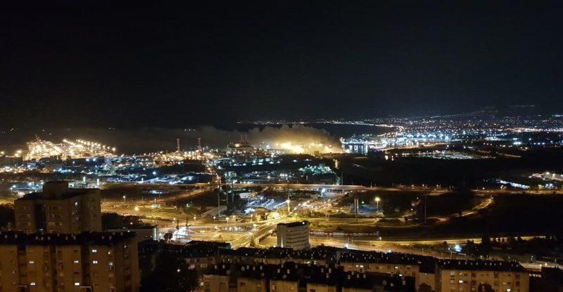 שריפה באונייה בנמל הקישון (צילום: אריק אלחריף)