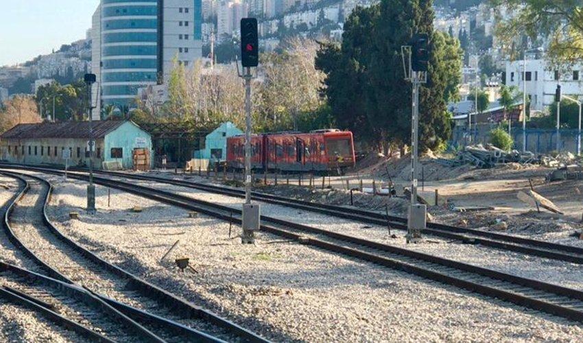 קרונות הכרמלית באזור האחסון של הרכבת (צילום: שושן מנולה)