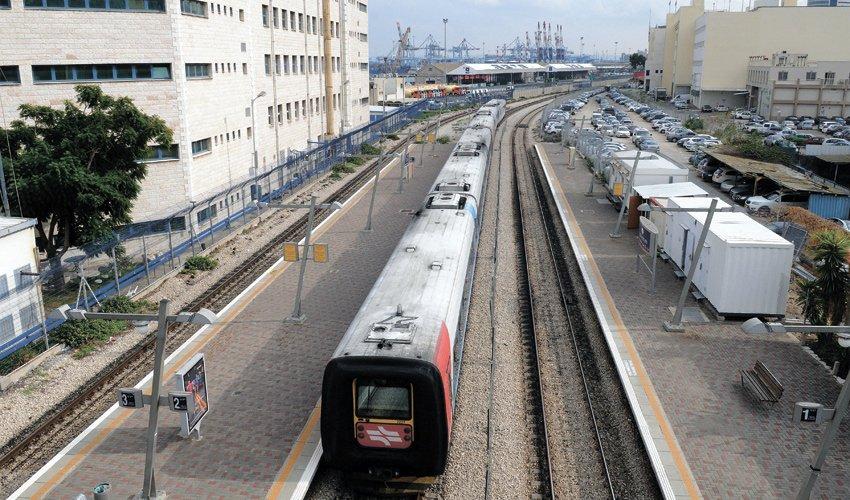 הרכבת בתחנת מרכז השמונה (צילום: רמי שלוש)