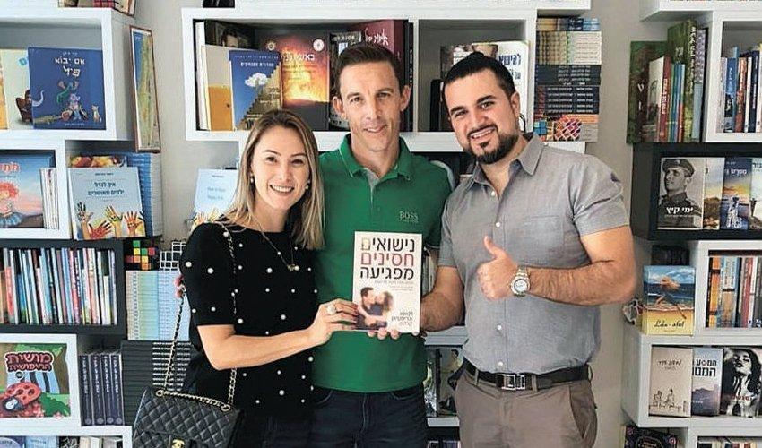 """ג'וסיאן וגוסטבו בוקולי עם יהודה ניב. """"הוא מכר בברזיל יותר משלושה מיליון עותקים"""" (צילום: נבו רוזי)"""