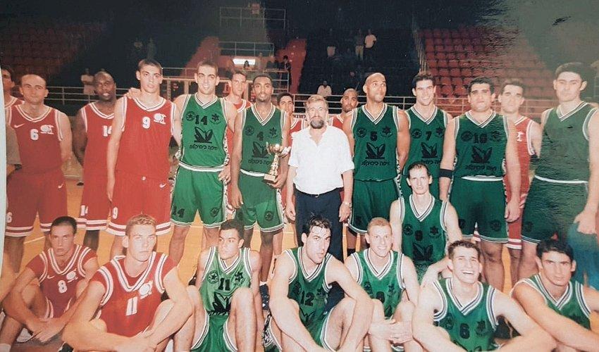 שחקני מכבי והפועל חיפה בעונת 2000-1999. ההיסטוריה חוזרת (צילום: מימל)