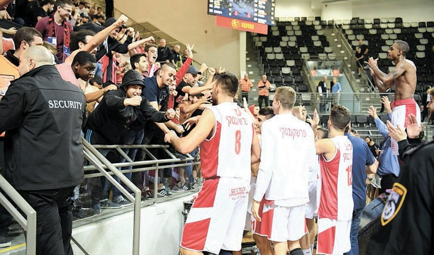 שחקני הפועל חיפה חוגגים עם הקהל את הניצחון בדרבי. האם באמת מאות נשארו בחוץ? (צילום: צלמוס)