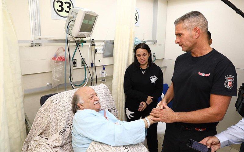 """אריה קליין והכבאי אילון זינגר שחילץ אותו (צילום: דוברות המרכז הרפואי רמב""""ם)"""