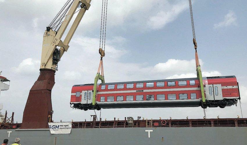 אחד משלושת קרונות הרכבת נפרק בנמל חיפה (צילום: רכבת ישראל, סיגל ספנות)
