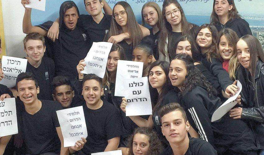 תלמידי בית הספר אליאנס בחולצות שחורות (צילום: מועצת התלמידים של בית הספר אליאנס)