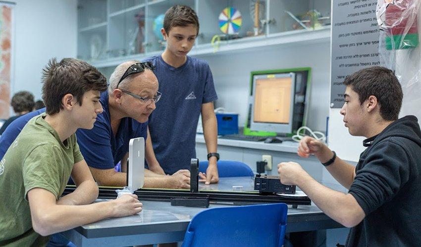 לימודי פיזיקה בבית הספר הריאלי (צילום: אלעד יערי)