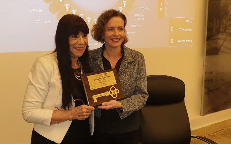 ראש העיר עינת קליש רותם מקבלת את מפתח העיר ממזכירת העיר ברכה סלע (צילום: בועז כהן)