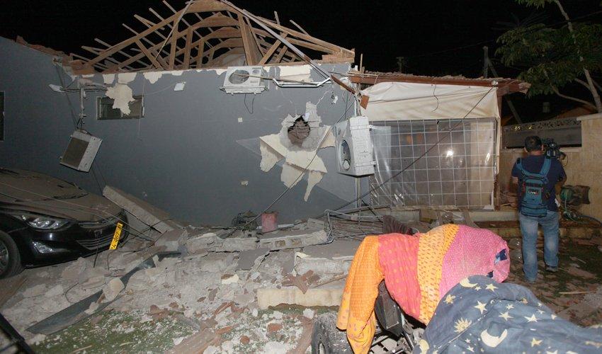 בית בעוטף עזה שספג פגיעה ישירה (צילום: אליהו הרשקוביץ)