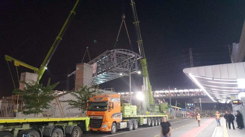 שלד הגשר המחבר את מרכזית המפרץ עם תחנת הרכבת (צילום: דוברות רכבת ישראל)