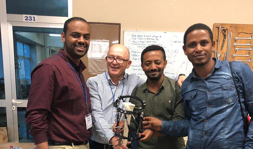 """פרופ' מרק אידלמן עם שלושה ממשתתפי ההכשרה (צילום: הקריה הרפואית רמב""""ם)"""