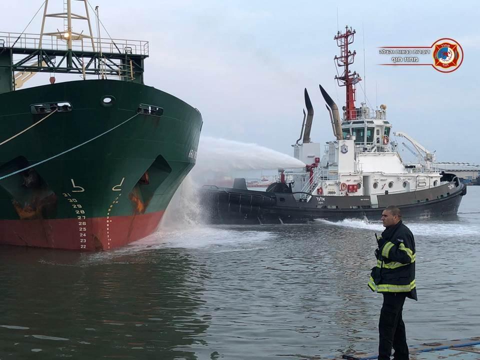 גוררת בנמל משתתפת במאמצי הכיבוי של האונייה בנמל הקישון (צילום: דוברות שירותי כיבוי האש)