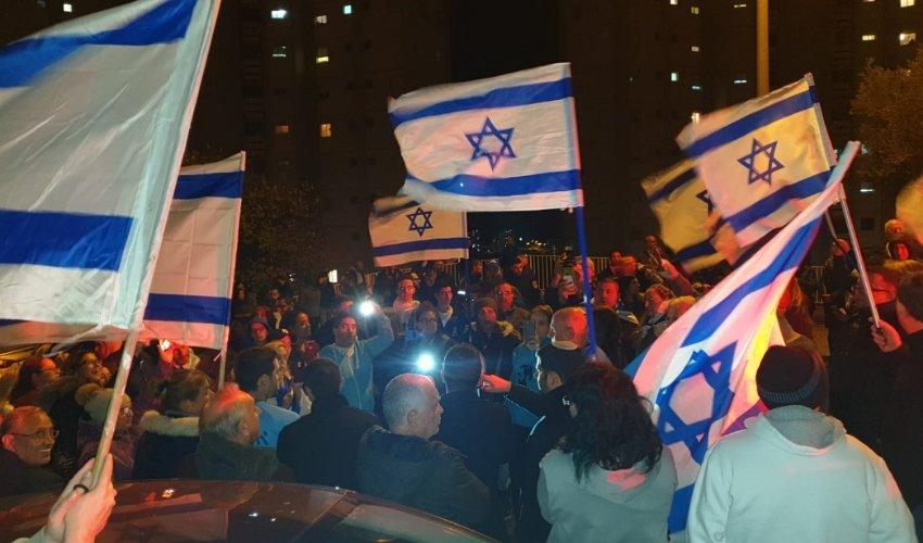 ההפגנה מול ביתה של עינת קליש רותם. דגלים ומגפונים