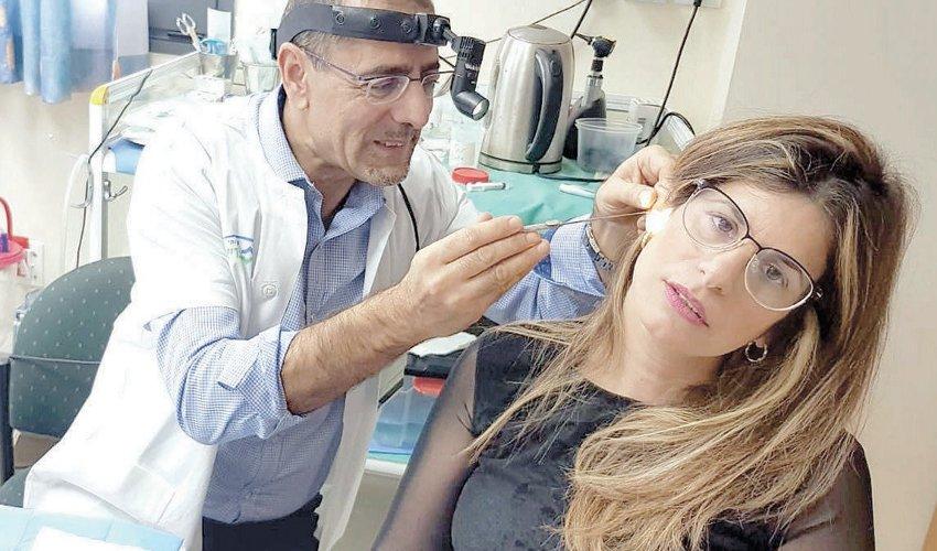 """ד""""ר נחום מרום והמטופלת (צילום: דוברות שירותי בריאות כללית)"""
