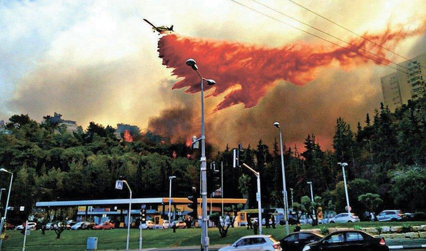 השריפה הגדולה מעל תחנת הדלק ברוממה (צילום: היחידה האווירית של משטרת ישראל)