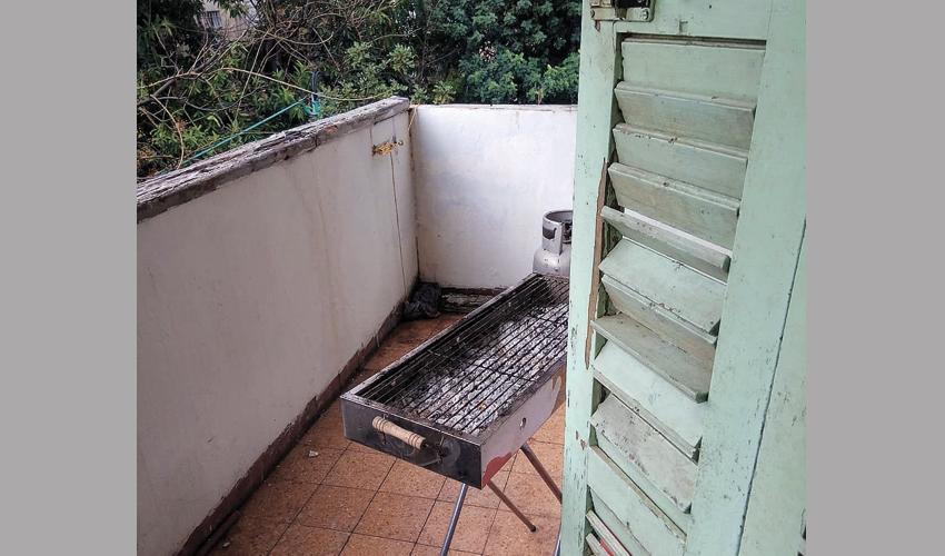 המנגל במרפסת הדירה (צילום: דוברות משטרת ישראל)