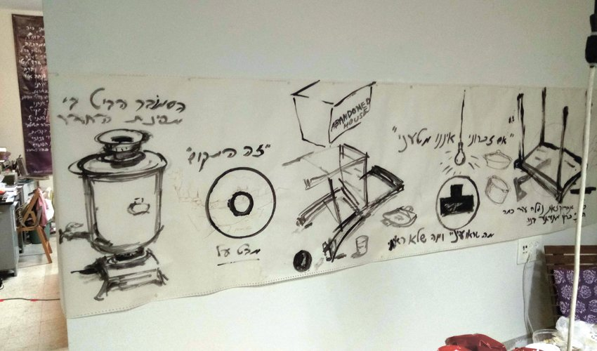 קיר בסטודיו של יעקב חפץ (צילום: שי אילן)
