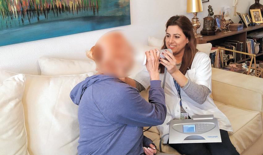 בדיקת ספירומטריה באמצעות מכשיר נייד (צילום: דוברות שירותי בריאות כללית)