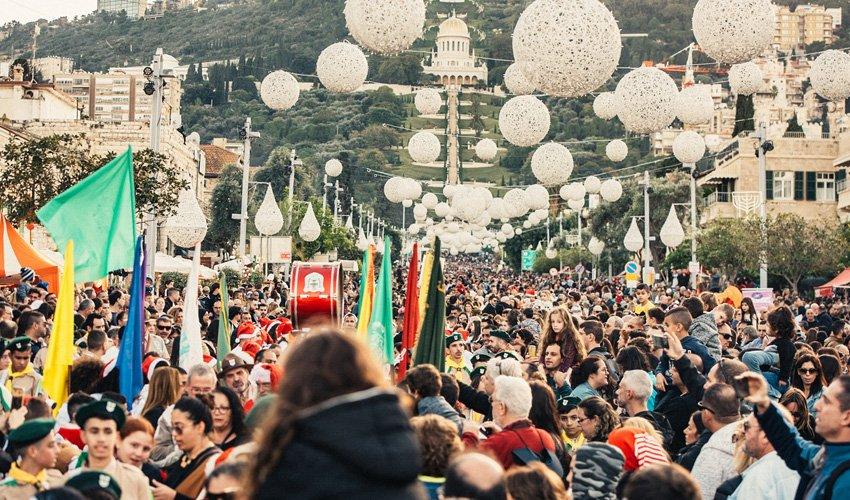 """המונים מציפים את שדרות בן גוריון בפסטיבל """"החג של החגים"""" (צילום: מור אלנקוה)"""
