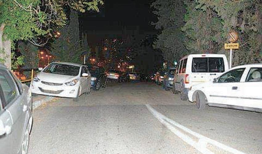 רכבים חונים על מדרכות בשכונת רוממה