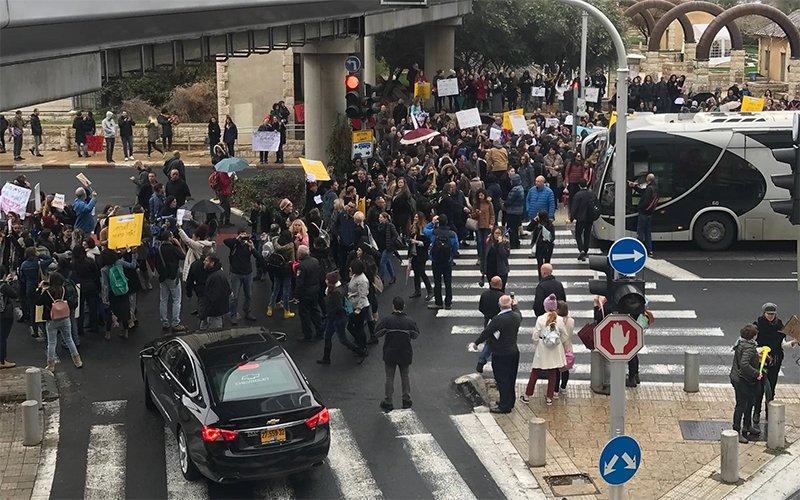 הפגנת העובדים הסוציאליים מול משרדי הממשלה בחיפה