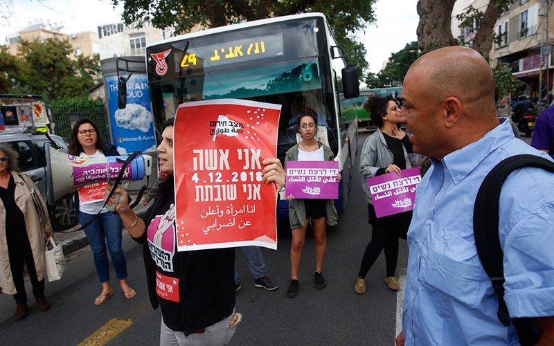 הפגנה לקידום שביתת הנשים (צילום: תומר אפלבאום)