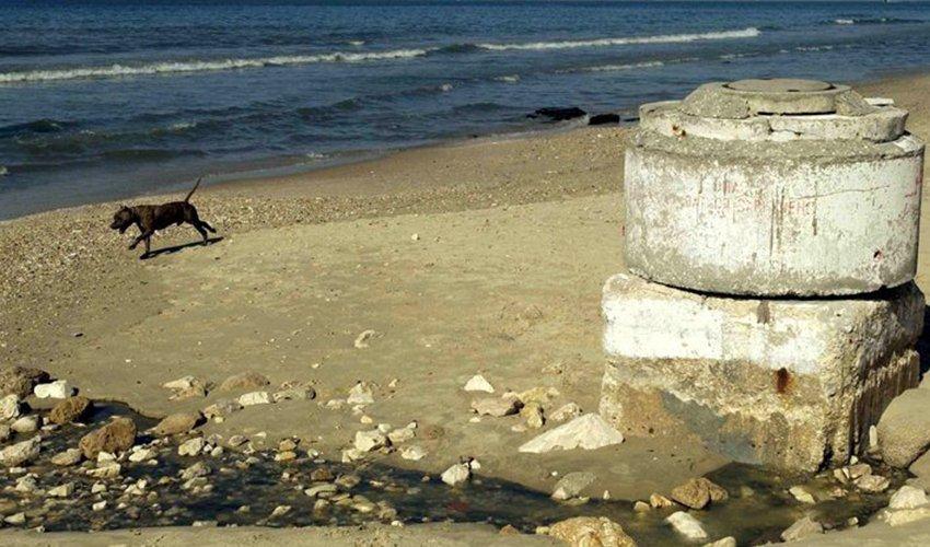 מי ביוב נשפכים לים (צילום: ניר כפרי)
