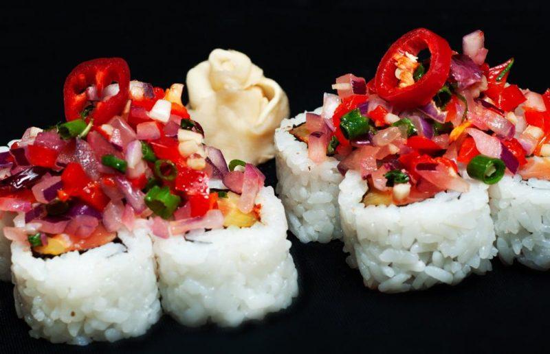 """רול """"ספייסי טונה""""- עטוף בשבבי טמפורה ורוטב טריאקי ומכיל טונה אדומה, איולי צ'ילי, מלפפון ובצל ירוק. צילום: ולרי קבישצ'ר."""