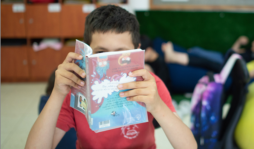 תלמיד קורא ספר (צילום: גיל אליהו)