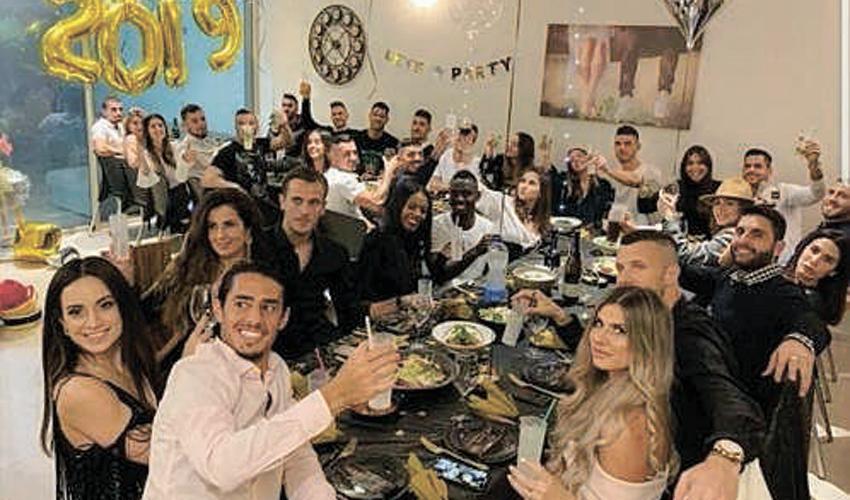 שחקני מכבי חיפה חוגגים סילבסטר. הרבה סיבות לחגוג? (צילום מתוך חשבון האינסטגרם של רז מאיר)