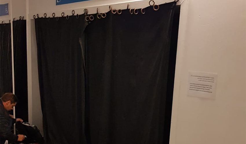הווילון שמכסה את הכניסה לאגף במוזיאון שבו מוצגות היצירות השנויות במחלוקת (צילום: הכנסייה היוונית בחיפה)