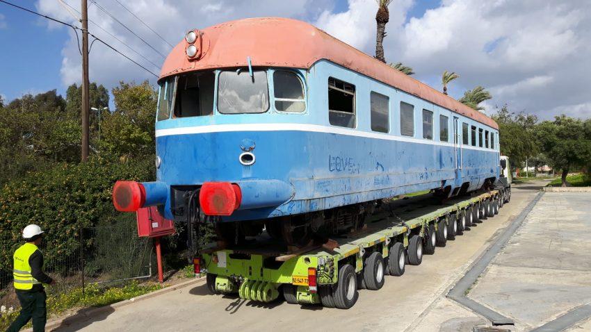 הקרון מסוג אסלינגן על המשאית שהובילה אותו לחיפה (צילום: דוברות רכבת ישראל)