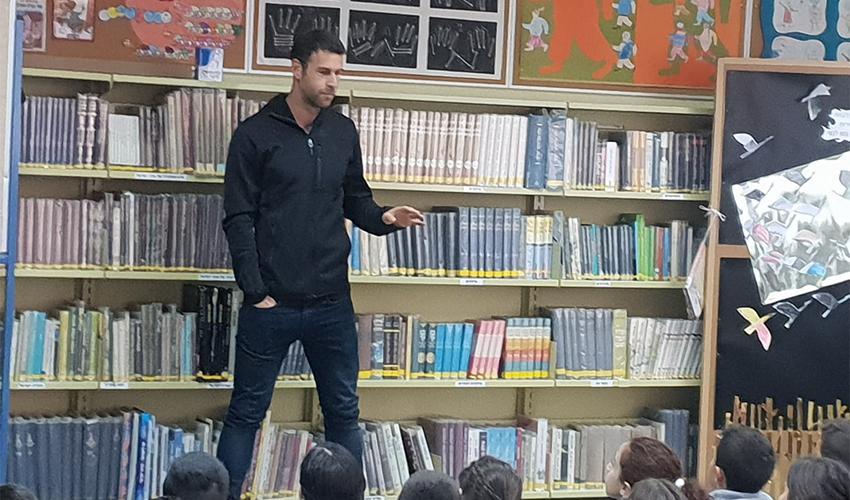 """דקל קינן מרצה לתלמידי בית הספר יזרעאליה. """"זה המעט שאני יכול לעשות"""" (צילום: בית הספר יזרעאליה)"""