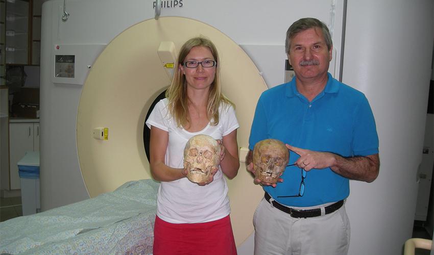 פרופ' נתן פלד עם גולגולות שנסרקו במרכז הרפואי כרמל (צילום: אלי דדון)
