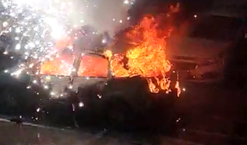 רכב עולה באש ברחוב מרטין בובר (צילום: אופק הודיש)