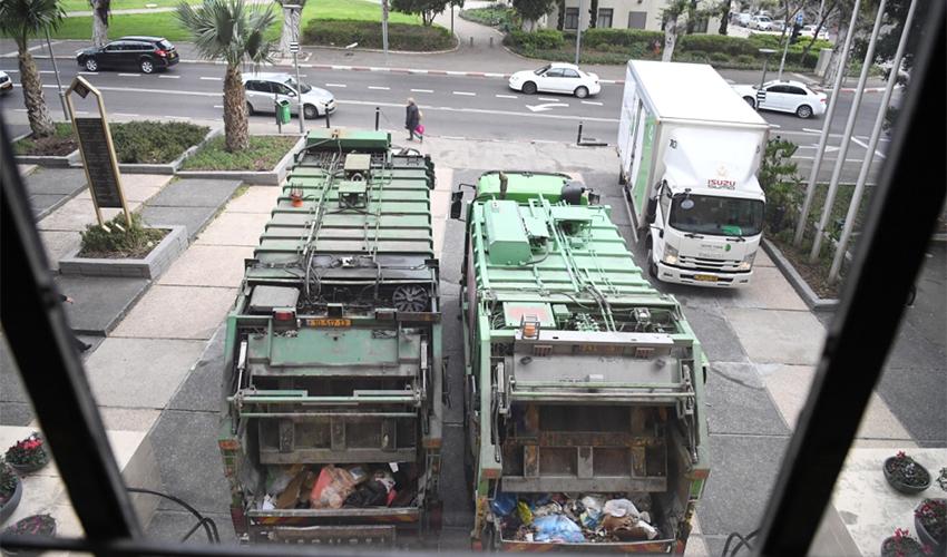 משאיות לפינוי אשפה חוסמות את הכניסה לבניין העירייה. ההסתדרות תפעיל את קרן השביתה?