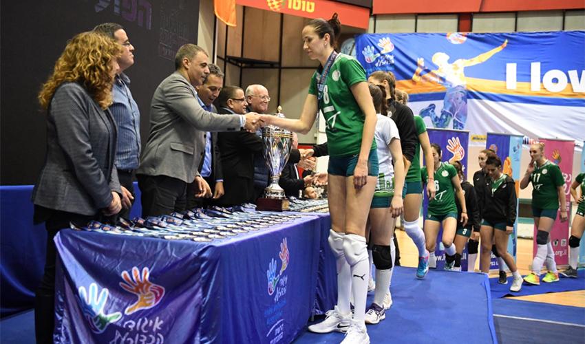 שחקניות מכבי XT חיפה מקבלות את מדליית הכסף. נכשלו בניסיון להניף את הגביע בפעם הרביעית ברציפות (צילום: צלמוס)