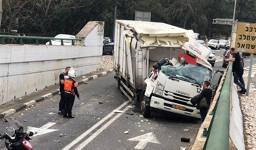 התאונה בגשר רמת חן (צילום: ראובן כהן)