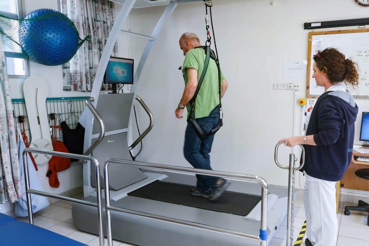 טיפול חדשני באמצעות מכשיר חדש לשיקום שיווי משקל. צילום: אפרת רענן