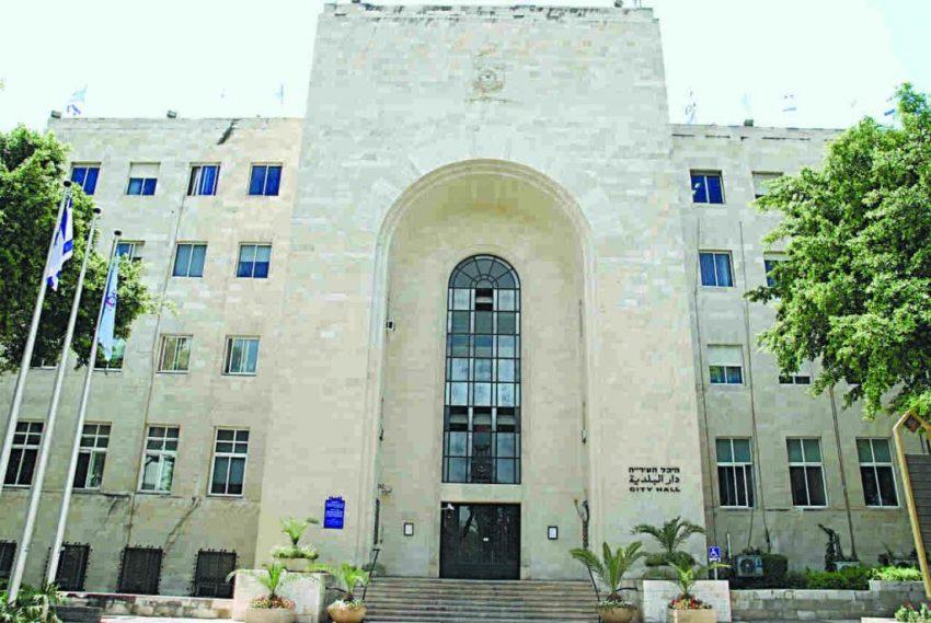 בניין עיריית חיפה. שני הצדדים מחפשים לרדת מהעץ (צילום: ירון צור לביא)