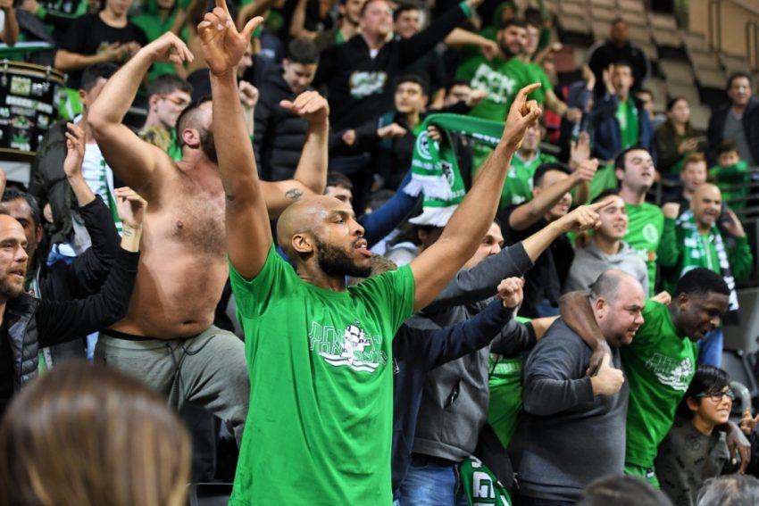 סמואל גיבנס והקהל של מכבי חיפה חוגגים את הניצחון בדרבי. גמלו לאדומים על ההפסד בסיבוב הראשון (צילום: צלמוס)