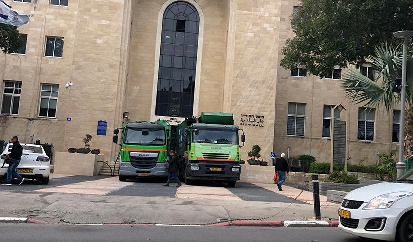 משאיות לפינוי אשפה חוסמות את הכניסה לבניין העירייה. מי הבא שיתפוס טרמפ על השביתה?