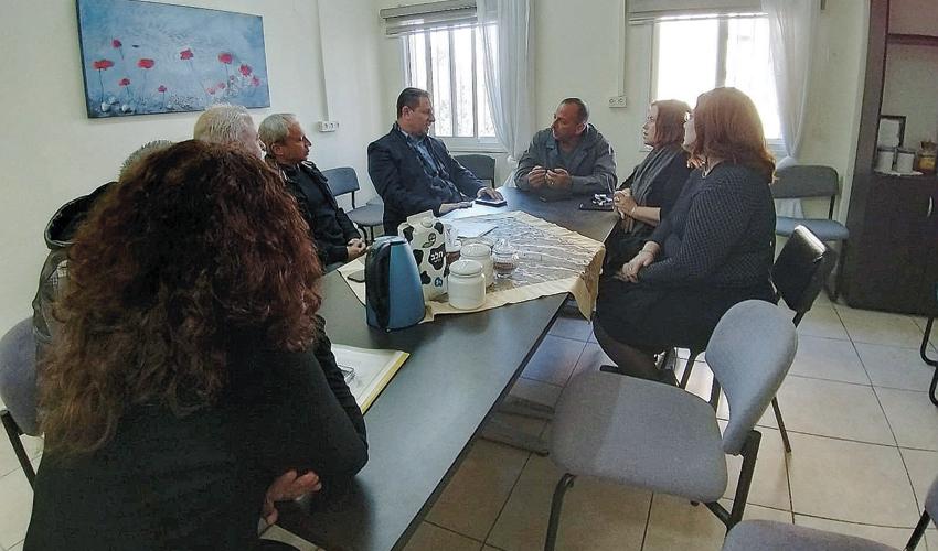 צביקה ברבי וג'אקי ואקים בפגישה בלשכת הרווחה (צילום: אדי גיצמן)