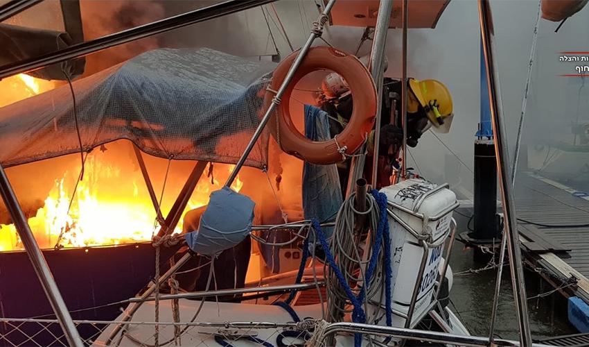 השריפה ביאכטה (צילום: דוברות שירותי כיבוי והצלה, מחוז חוף)
