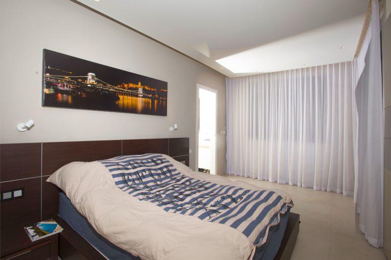 חדר השינה בפנטהאוז ברחוב וודג'ווד 11. צילום: ערן ירדני
