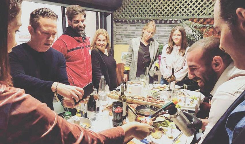 יונתן לאור מאכיל את גיא פינס ורותם כהן. קדימה אוכל (צילום מתוך חשבון האינסטגרם של יונתן לאור)