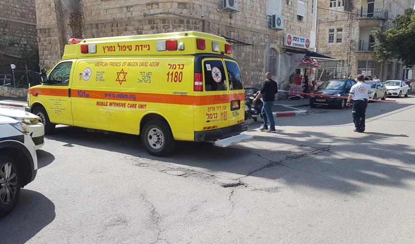 """זירת הירי בשדרות בן גוריון (צילום: דוברות מד""""א)"""