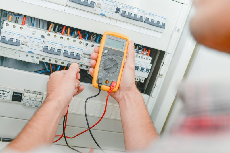 טכנאי מוצרי חשמל באזור חיפה. תמונה ממאגר Shutterstock