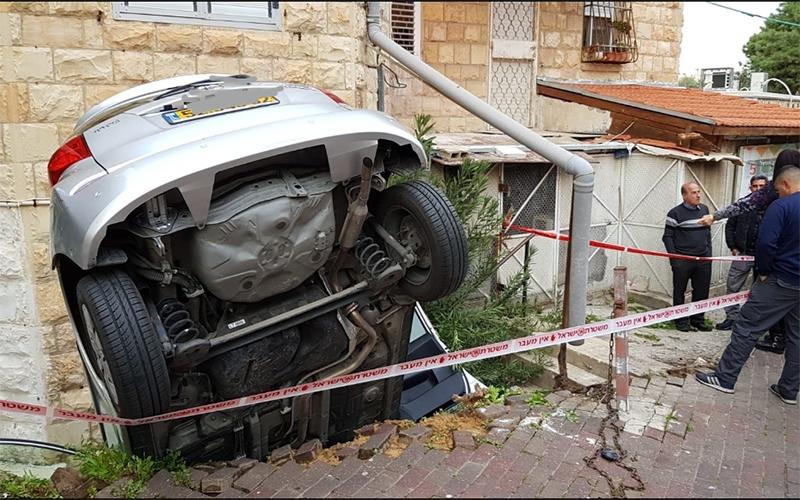 הרכב שהתדרדר ממפלס הכביש ברחוב עבאס (צילום: דוברות המשטרה)