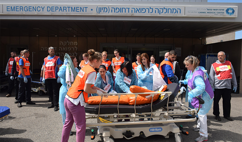 """צוותי המרכז הרפואי כרמל בתרגיל אר""""ן קרינה (צילום: אלי דדון)"""